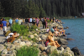 ... the huge crowds of tourists at Lake Louise were insane!! Note the two chicks who probably end up pretending on their photo that they were at this mountain lake aaaall by themselves...